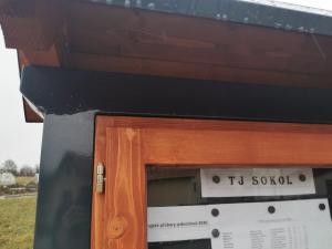 úřední deskac kovová s dřevěnými dvířky