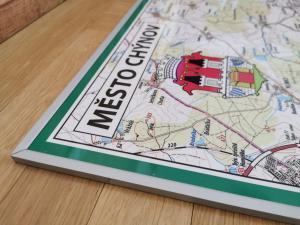 turistická mapa města Chýnov v elegantním stříbrném rámu