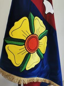 detail slavnostní sametové vlajky obce Studená