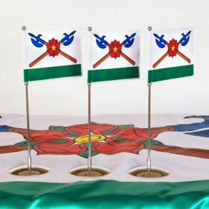 jednoramenný stojánek na vlaječku v barvě chromu