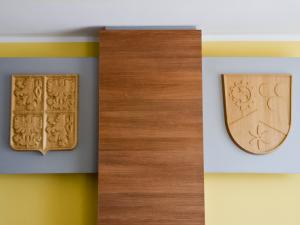 dřevěné znaky v zasedací místnosti