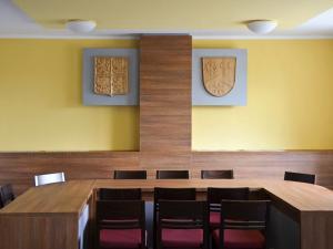 dřevěné znaky Čr a obecní znak v zasedací místnosti
