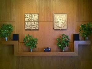 místnost, v níž jsou keramické znaky obce a velký státní znak