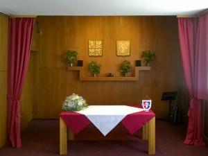 místnost s pověšenými keramickými znaky
